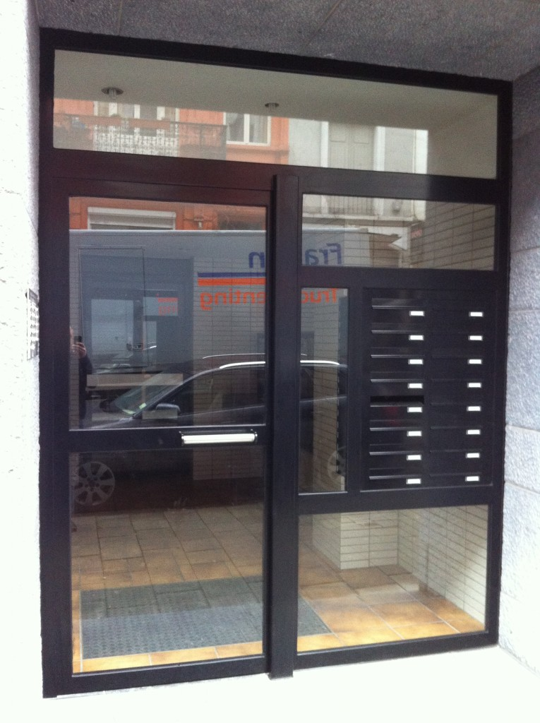 Enkele deur met zijlicht bovenlicht en brievenbussen 2
